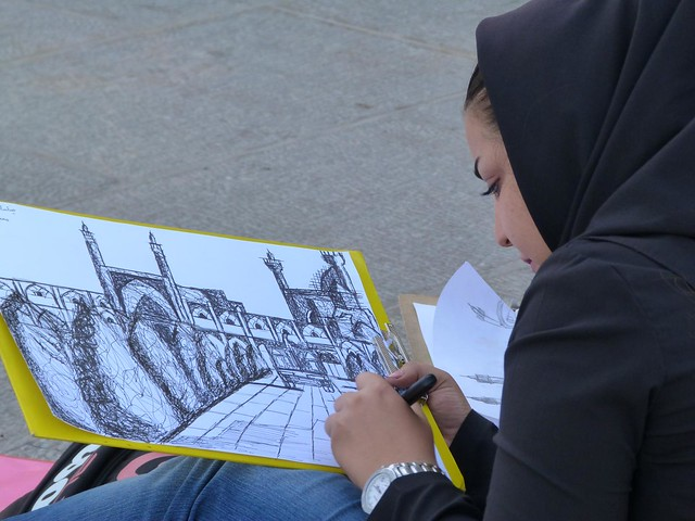 Mujer dibujando en la Plaza del Imán de Isfahán (Irán)