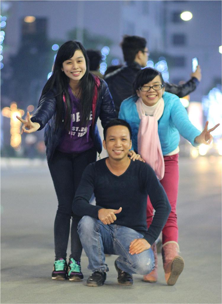 Anh già và 2 em gái trẻ xinh (nhưng vẫn teen như ngày nào)