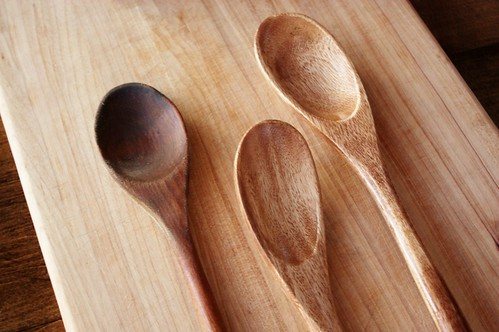 conditioning-wooden-cutting-boards-and-utensils