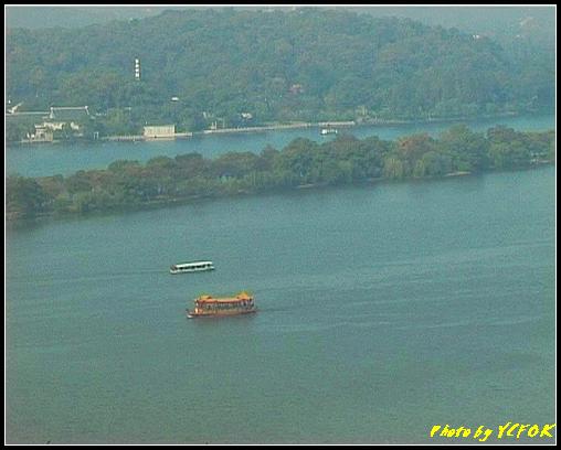 杭州 西湖 (其他景點) - 340 (從西湖十景之 雷峰塔上看 西湖的遊覽船 蘇堤與背景 花港觀魚)