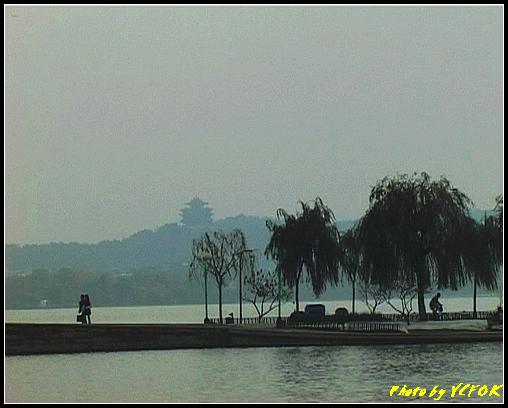 杭州 西湖 (其他景點) - 115 (從北山路湖畔看北裡湖 白堤上的斷橋 西湖及吳山天風上的城隍閣)