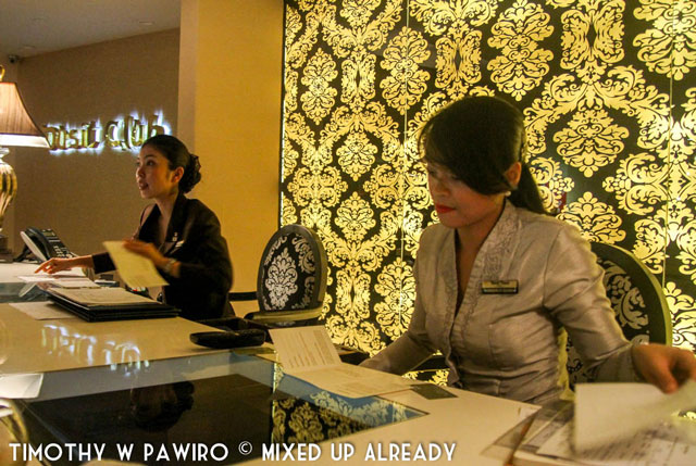Philippines - Manila - Dusit Thani - Club Lounge - Friendly staffs