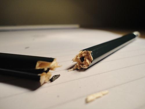 Crayon à papier cassé en deux