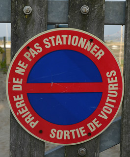 france_bayofarcachon_noparking_sign_crop