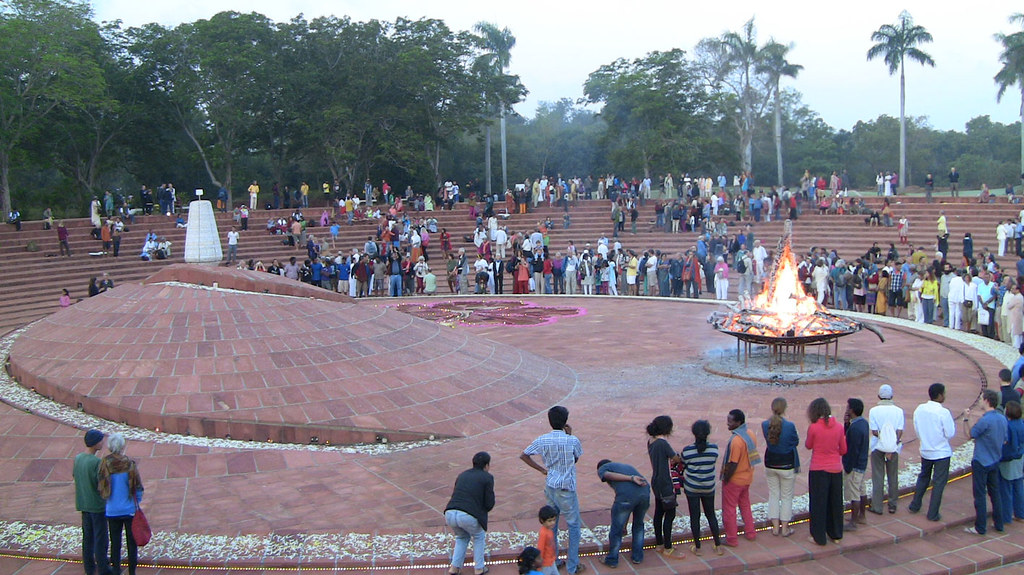 crowd_fire_urn_1236