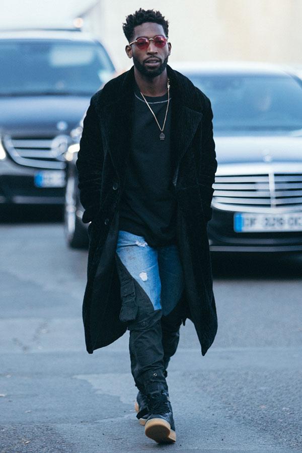 黒ロングコート×黒Tシャツ×デニム切り返しカーゴパンツ×黒ハイカットスニーカー