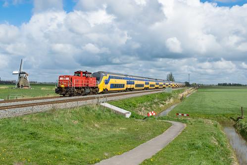DBC 6416 met NS VIRM 8738 en 8705 te Visvliet, 17-04-2017