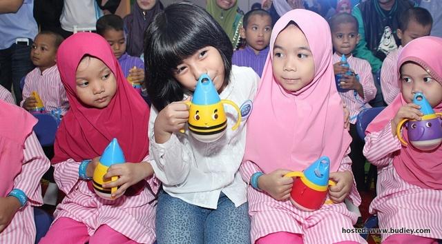 Mia And Children Of Rumah Amal Siraman Kasih Enjoying Their Milk In The Newly Launched Milk Mug