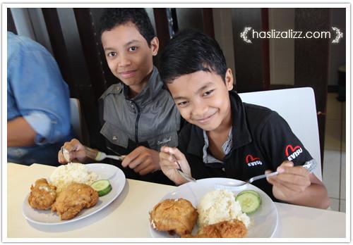9233400069 f5187935ca Makan KFC dengan sara & Uwais