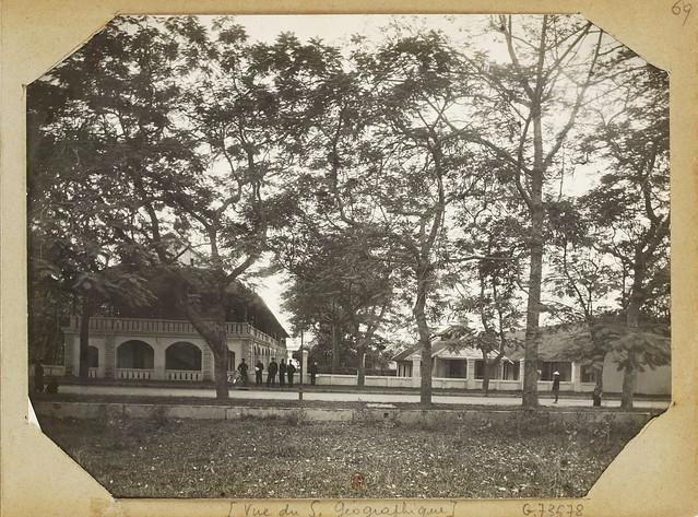Hanoi (1896-1900) - Vue du S. Géographique. Mặt tiền của Sở Địa dư Đông Dương trên phố Nhượng địa, nay là đường Phạm Ngũ Lão
