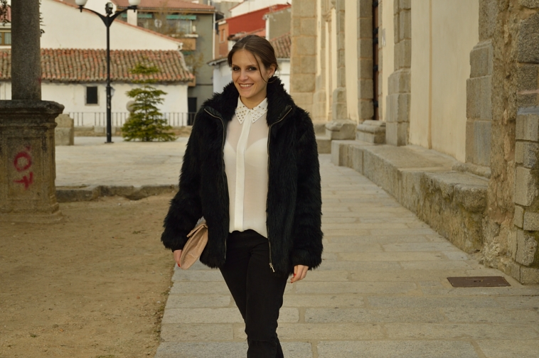 lara-vazquez-madlula-streetstyle-easy-chic-negro-outfit-faux-fur