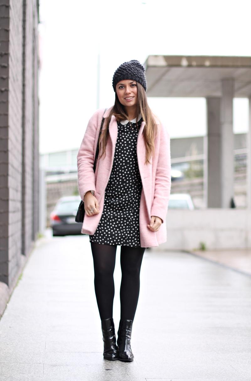 abrigo rosa, vestido lunares - copia