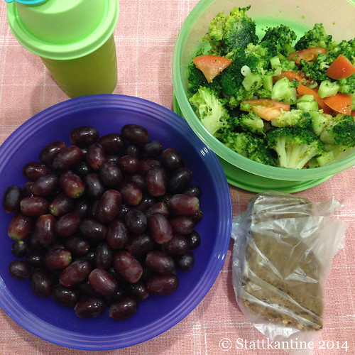 Stattkantine 24.02.14 - Brokkoli-Salat, Vollkornbrot, Trauben