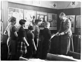 VON nurse inspects schoolchildren's hands in Kentville, Nova Scotia / Infirmière de l'Ordre de Victoria inspectant les mains des élèves à Kentville (Nouvelle-Écosse)