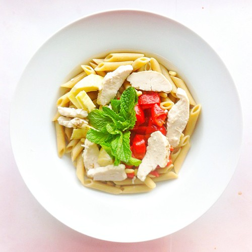 Pasta salad week, recipe n.5: roasted #chicken , grilled #peppers #mint #wholegrain #pasta #penne #artichoke hearts, extra virgin olive oil, balsamic vinegar. #salad #salads #saladjam #saladlunch #saladporn #food #foodie #foodlover #picoftheday #nodiet #n