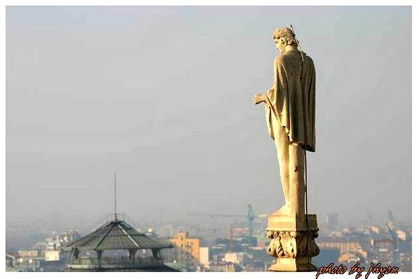 1108878324_俯望米蘭數百年的古雕像