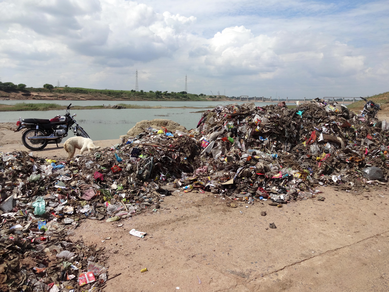 लाश और कचरे से प्रदूषित नदियां