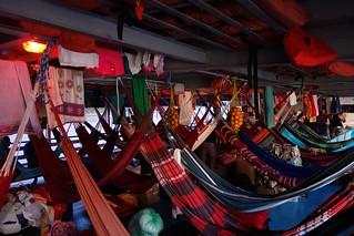 Redes dentro do convés do barco na Amazónia