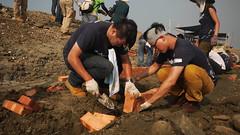 鋪石磚需要注意許多細節,挖坑的深度、排放磚塊的角度、預留的空間等,需要彼此團隊分工。