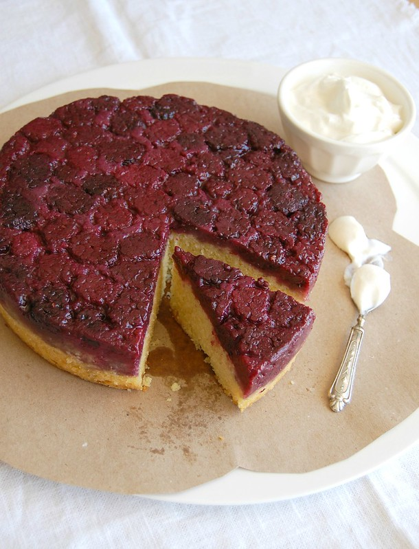 Blackberry and almond upside down cake / Bolo invertido de amêndoa e amora