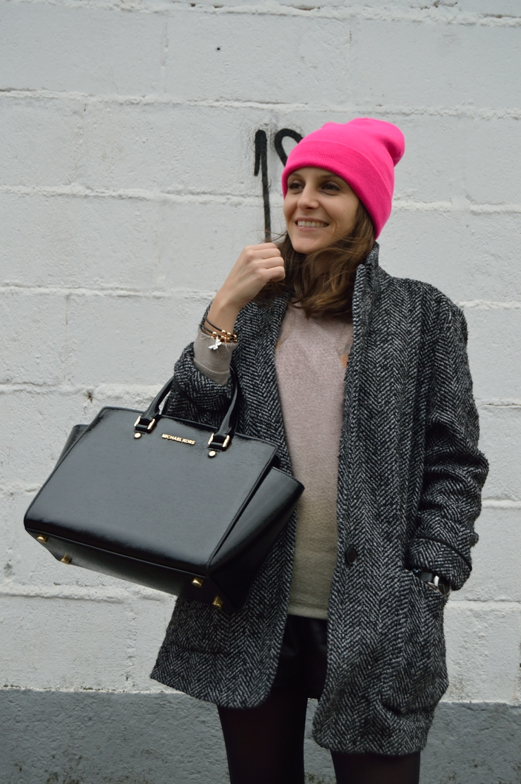 lara-vazquez-madlula-blog-fashion-beanie-pink-rosa-gorro-black-outfit