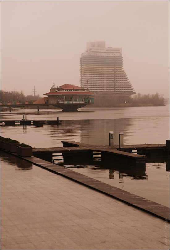 Ресторан Поплавок на фоне недостроенной гостиницы Парус
