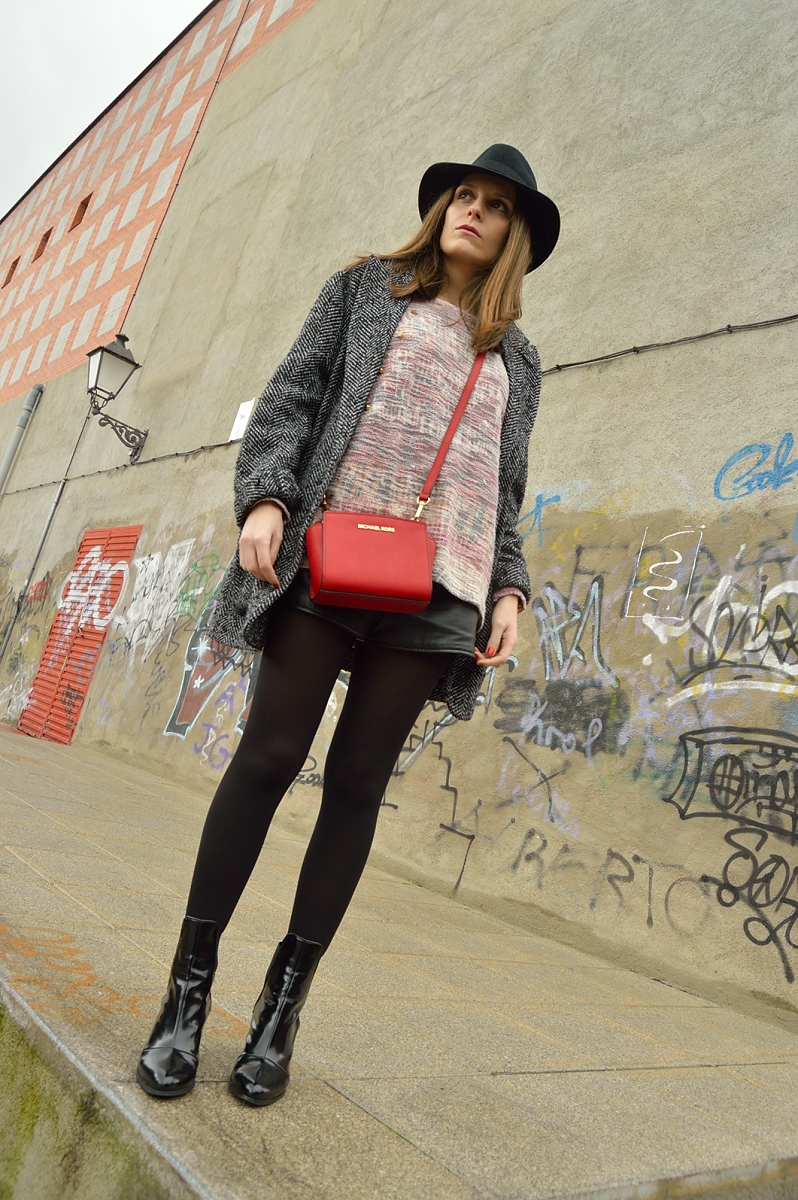 lara-vazquez-madlula-blog-red-bag-winter-streetstyle-chic-hat