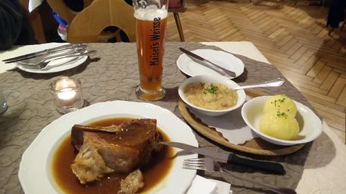 Schäufle mit Klöpse und Sauerkraut