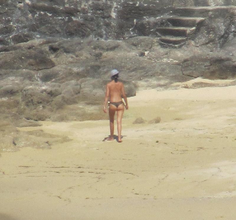 Rocas, mujer y arena