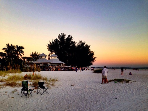 Everybody came out of Sandbar Restaurant couple minutes before sunset gong! Anna Maria Island #TampaBay