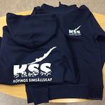 Ytterligare en låda t-shirts, shorts, overaller och huvtröjor åt Köpings Simsällskap