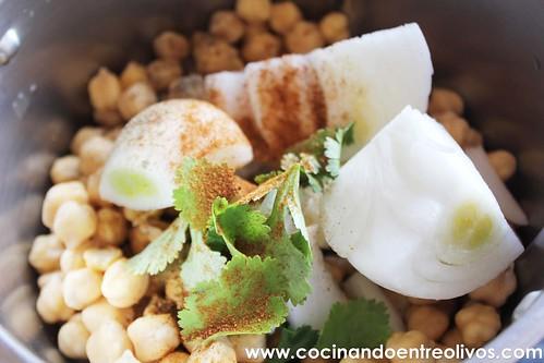 Falafel con pan de pita y salsa de yogur. www.cocinandoentreolivos (8)