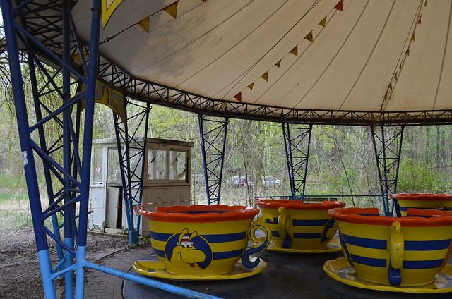 Spreepark Berlin Kulturpark Plaenterwald_abandoned amusement park_spinning cups ride