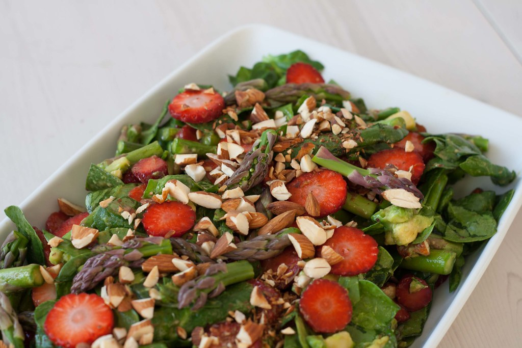 Recipe for Homemade and Healthy Spinach Salad with Strawberries and Green Asparagus