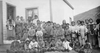 Group of women and children outside the school, Pangnirtung Federal Hostel, Nunauvt / Groupe de femmes et d'enfants à l'extérieur de l'école, Foyer fédéral de Pangnirtung (Nunavut)