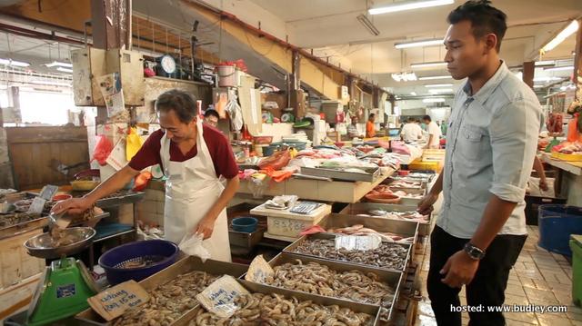 Riz Amin sempat membeli bahan basah di pasar sebelum turun ke dapur