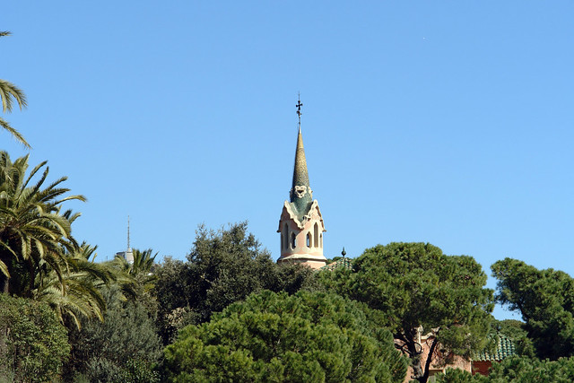 La torre del museo Gaudí deja verse entre la vegetación del parque Park Güell, el icono bonito de Barcelona - 9576425183 3bfcfbfb74 z - Park Güell, el icono bonito de Barcelona