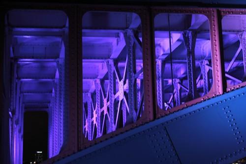 Giochi di luce sulle travi del London bridge