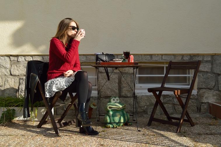 lara-vazquez-madlula-streetstyle-burgundy-outfit-skirt-chic