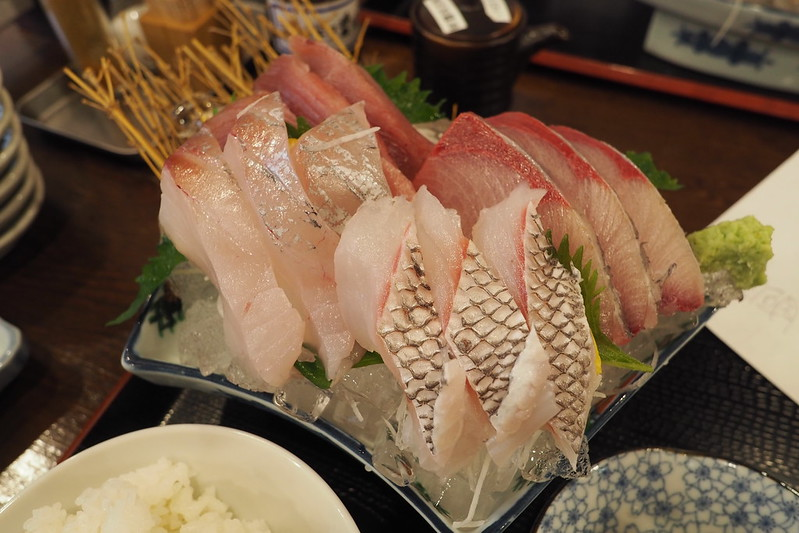 金沢アルプラザ魚笑刺身定食上(地物めじまぐろ、寒ブリ、真鯛、目鯛)