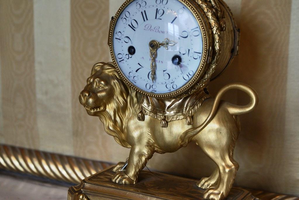 Une astucieuse horloge portée par un lion docile au Palais royal à Gênes.