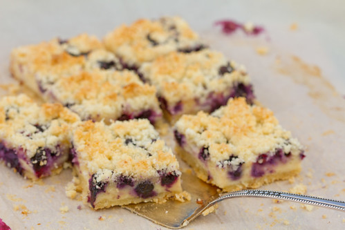 Purukook mustikate ja hapukoorekreemiga. Blueberry cake with sour cream filling and coconut crumble.