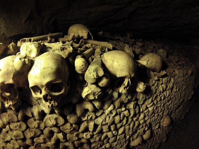 Lo más siniestro de las galerías son los cientos de miles y millones de huesos y esqueletos sacados de los cementerios de París hace dos siglos y medio. catacumbas de parís - 9757029531 69ec52f312 z - Catacumbas de París, donde se guarda la historia de la ciudad.