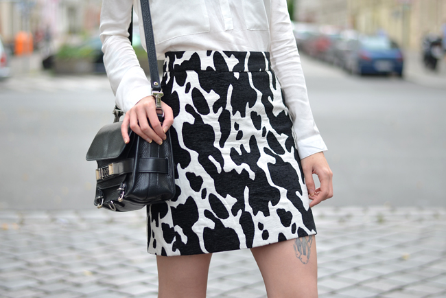 Outfit ZARA cow skirt white blouse CATS & DOGS outfit blog Berlin 2