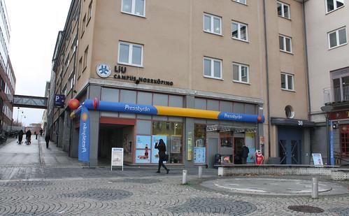 """Konungen i tiden"" vid Skvallertorget."