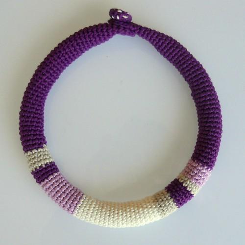 collar crochet morado