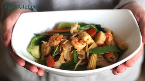 Stir-fried flat rice noodle with seafood -- Hủ tiếu xào đồ biển