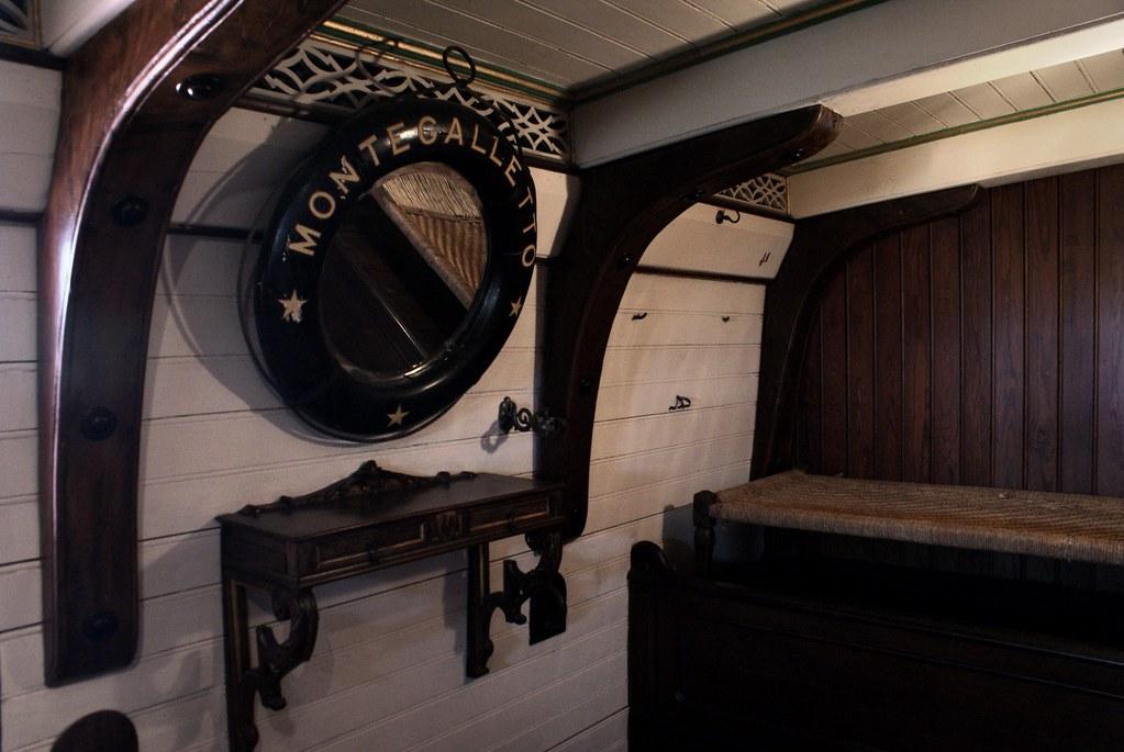 Intérieur de la cabine de navire aménagée dans le chateau d'Albertis à Gênes.