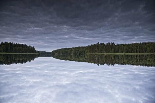 trees party summer sky sun lake reflection nature clouds forest suomi finland landscape mirror cabin mid maisema metsä juhannus mökki kesä luonto pilvet järvi aurinko heijastus puut taivas peili tyyni ylösalaisin pläkä