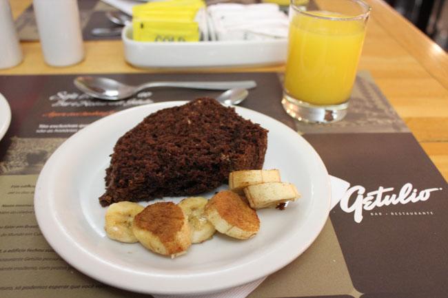 Bolo de chocolate e banana com canela